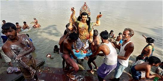 Tras festival, imágenes de dioses contaminan las aguas de la India
