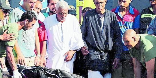 Cuatro arrestos tras naufragio que dejó 162 muertos en Egipto