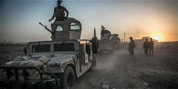 Soldados iraquíes fotografiados en Bajwaniya, en su camino a sumarse al ataque a Mosul.