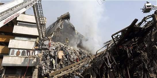 Unos 25 bomberos están atrapados tras derrumbe de edificio en Irán