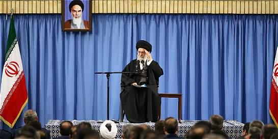Alí Jameneí advierte a Trump de que 'ningún enemigo paralizará' a Irán
