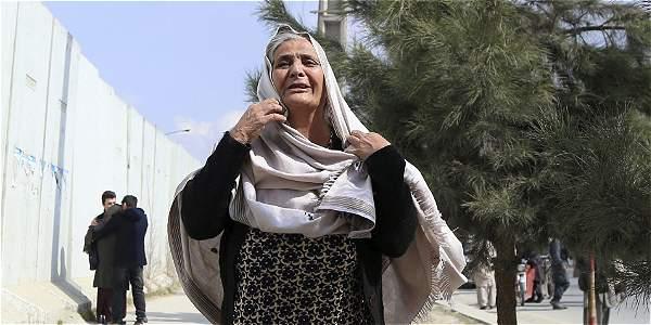 Una mujer afgana llora después de que insurgentes atacasen el hospital de Sardar Daud Khan.