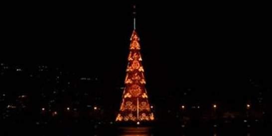 Vea el árbol de Navidad flotante más grande del mundo