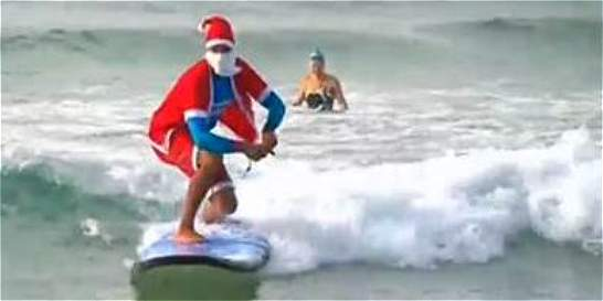Vea la competencia de Santas surfeando