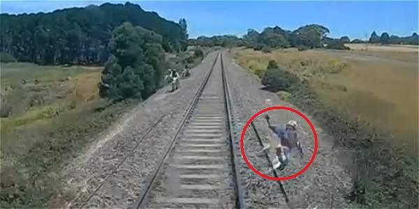Hombre se salva por centímetros de morir arrollado por un tren