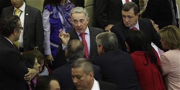 El senador Álvaro Uribe y varios miembros de su partido conversan en el Congreso de la República.