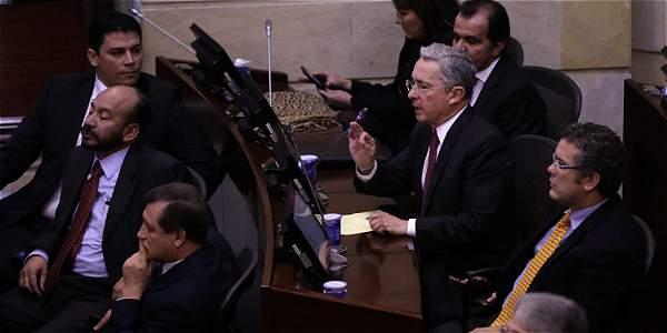Álvaro Uribe acompañado de más miembros del Centro Democrático, durante el debate en Senado.