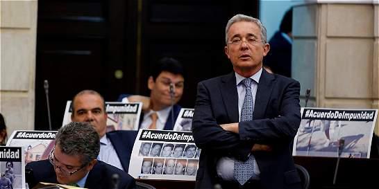 Uribe insiste en que Gobierno iguala a militares con guerrilleros