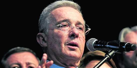 Álvaro Uribe denuncia que lo están siguiendo