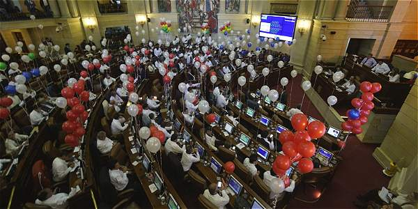 El recinto de la Cámara de Representantes está adornado con decenas de bombas blancas.