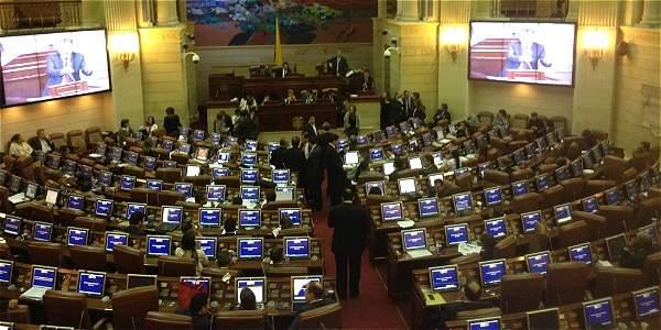 Uno de los dos proyectos de reforma constitucional busca que el salario de los congresistas pase de $ 27'929.064 a $ 17'236.350.