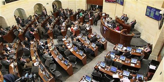 Senadores enfrentados por proyectos para bajar sueldos a congresistas