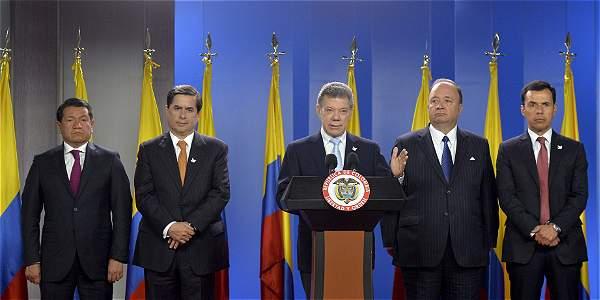 El presidente Santos (centro) junto al defensor del Pueblo, Jorge Armando Otálora; el ministro del Interior, Juan Fernando Cristo; el ministro de Defensa, Luis Carlos Villegas.