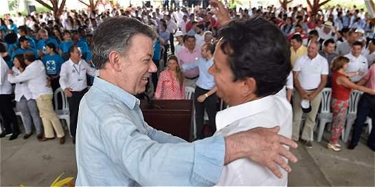 Santos le da el 'abrazo de la paz' al hermano de Alfonso Cano