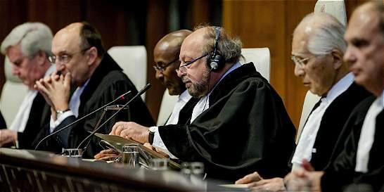 Que Colombia esté en La Haya, piden a Santos