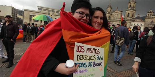 Se abre camino para que parejas gay puedan adoptar