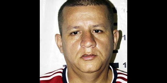 Escándalo por doble casa por cárcel a asesino de policía