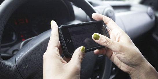 Más de 35.000 multados este año por usar el celular al manejar