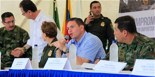 Ministro de Defensa calificó de valientes a indígenas del Cauca