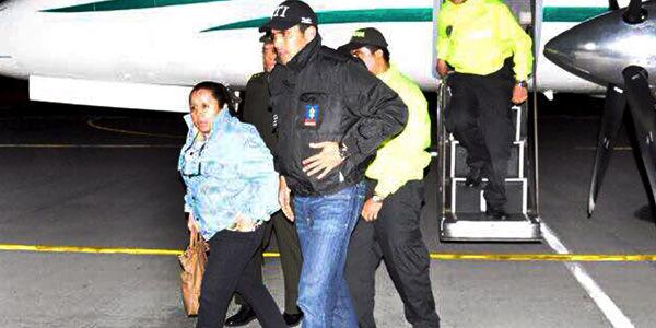 Hurtado, a su llegada a Bogotá. La acompaña Julián Quintana, el jefe del CTI de la Fiscalía.
