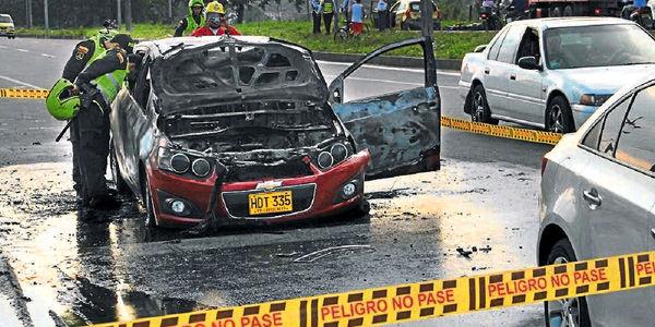 El carro de López (der.) impidió el paso del auto de Ángela (izq.) el cual abordó y prendió en llamas.