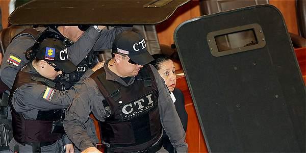 La imagen registra el momento en el que los funcionarios del CTI entran en el recinto de la Corte con María del Pilar Hurtado.