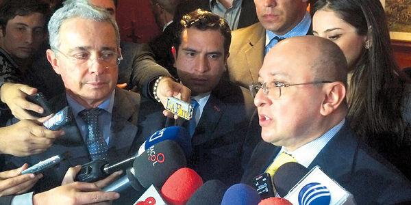 """""""Uribe (izq.) politizó la justicia y ahora lanza críticas a una justicia que durante años ha sido honesta. Es inaceptable"""": Fiscal."""