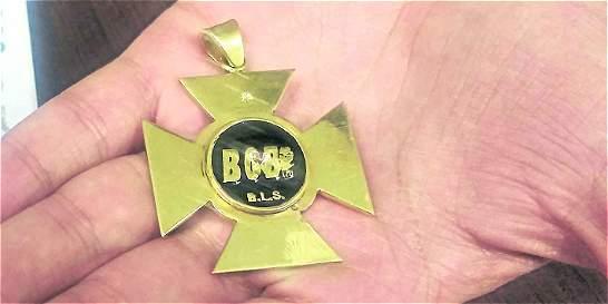 Esta es la medalla de oro con la que 'paras' condecoraban por masacres