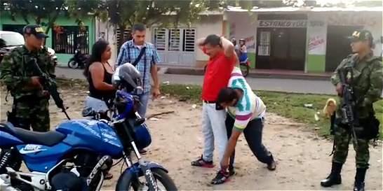 Vestidos de futbolistas, militares capturan a dos extorsionistas