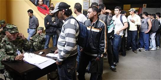Jóvenes podrían trabajar mientras normalizan su situación militar