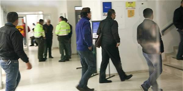 Benavides Rueda (de azul)  al momento de llegar a la audiencia en su contra.
