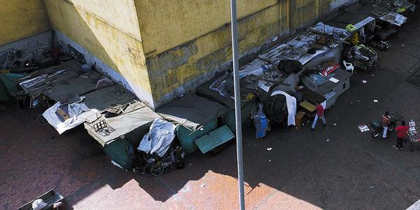 La acera frente a la estación Ricaurte de TransMilenio se llenó de cambuches, levantados con plásticos, cartón y palos.
