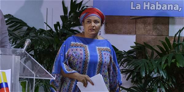 Victoria Sandino, guerrilera de las Farc, haciendo su ingreso al Centro de Convenciones de La Habana.