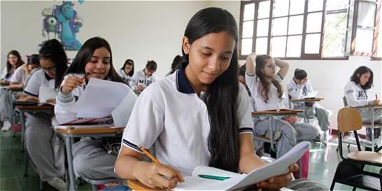 Colegios no pueden imponer cortes de cabello ni prohibir joyas: Corte