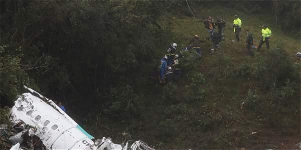 Equipos de rescate recuperan cuerpos del avión accidentado en el municipio de La Unión, departamento de Antioquia.