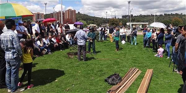 La Fundación Colombia con Memoría ha realizado actos como la plantación de árboles para recordar a la víctimas del atentado.