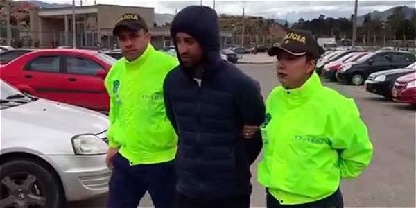 Rafael Uribe fue sacado de la clínica en donde estaba protegido por un escuadrón antidisturbios.