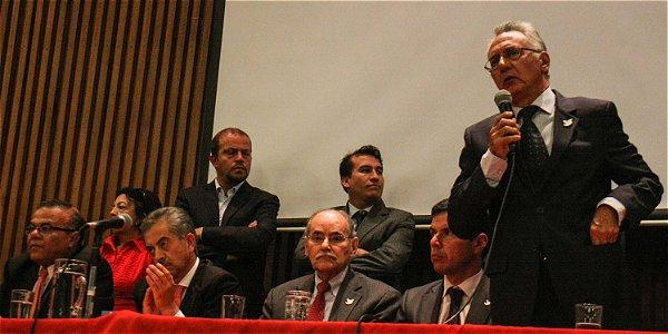 Progresistas de línea dura se acercan a la reelección de Santos