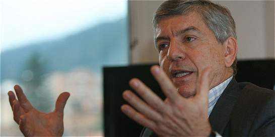 'Uribe solo piensa en la guerra como opción para Colombia': Gaviria