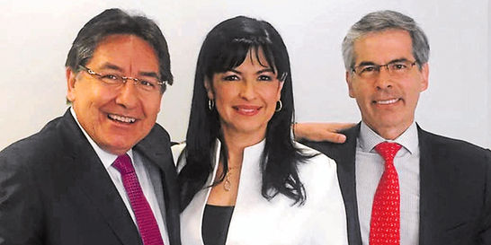 En secreto / La sonrisa de los tres candidatos a fiscal