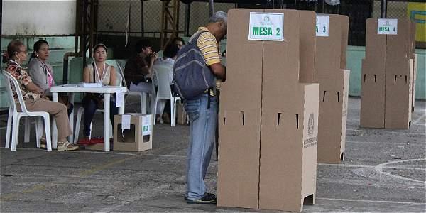 De los 34.899.945 colombianos que estaban habilitados para votar,  apenas 13.053.364 acudieron al llamado del plebiscito.