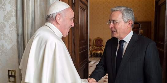 Uribe sobre el papa Francisco: 'es la personificación del carisma'