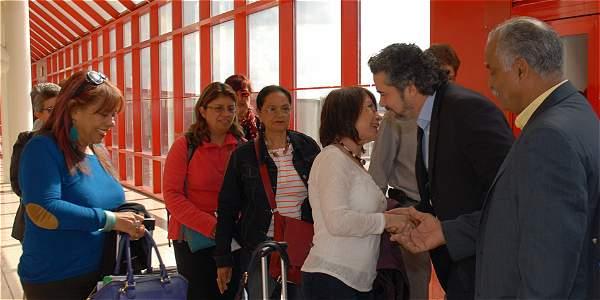 Llegada de expertas en temas de género invitadas por la mesa de conversaciones en La Habana. Recibimiento por los delegados de los países garantes, Cuba y Noriega.