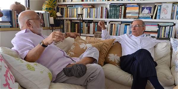 Humberto de la Calle con Juan Gossaín, durante la entrevista que le concedió para varios medios de comunicación.