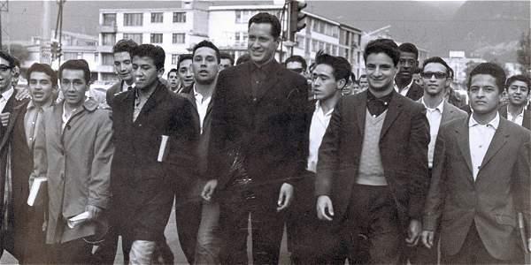 El padre Camilo Torres, al frente de una manifestación en la Universidad Nacional, en 1966, unos meses antes de su muerte.