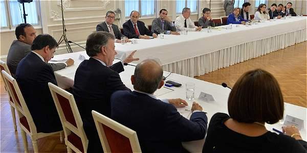 Durante dos horas, el presidente Santos, el ministro del Interior y Humberto de la Calle, respondieron a los interrogantes de los miembros de los partidos que asistieron a la cita en Palacio.