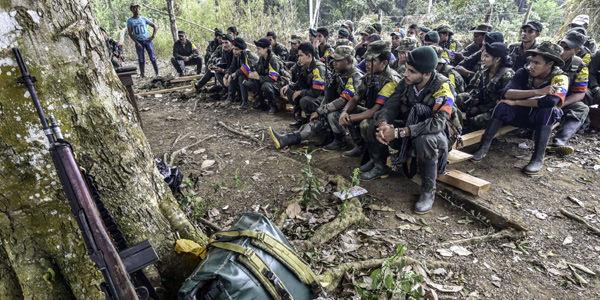 En la foto, un grupo de guerrilleros recibe una clase sobre los avances e importancia del proceso de paz.