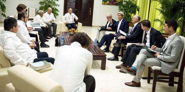 La cita de Kerry con las Farc duró alrededor de una hora. La guerrilla le pidió a EE. UU. ayuda para enfrentar 'la violencia paramilitar'.