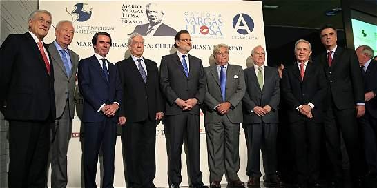 Uribe y Pastrana critican proceso de paz en cumpleaños de Vargas Llosa