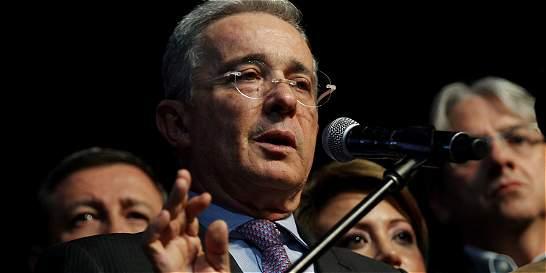 Uribe le pide a Bernie Aronson 'no ignorar las trampas del plebiscito'